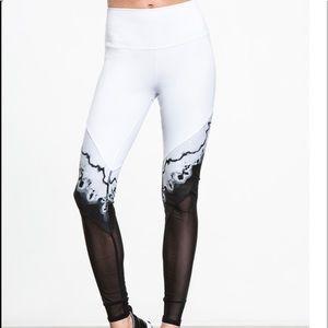 *new* Alo brand black/white leggings